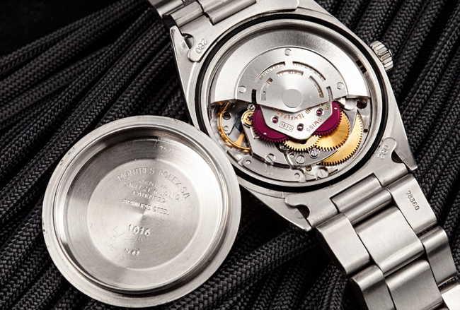 Có hay không những sản phẩm đồng hồ cơ lộ máy rolex ?